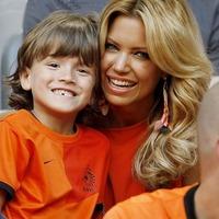 Sylvie van der Vaart fiával az Oranjénak szurkolt