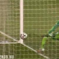 Elképesztő potyát dobott magának a nigériai kapus a bundagyanús meccsen