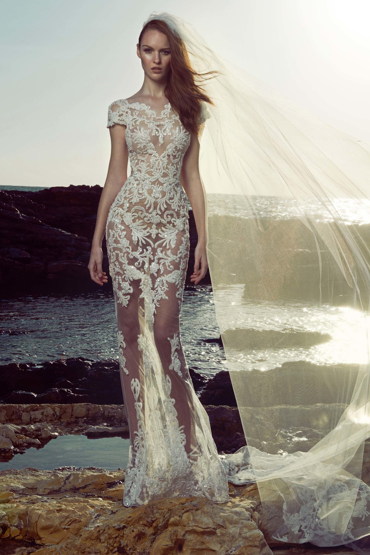 135a124b7e A klasszikus és formabontó esküvői ruhák kedvelői is kedvükre válogathatnak  a designer gazdag gyűjteményéből, a tökéletes viselet kiválasztásában csak  a ...