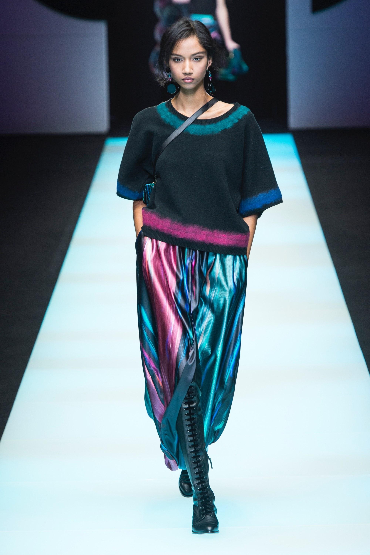 15ae055900 Amikor az 1980-as években Giorgio Armani berobbant a divatvilágba, akkor  férfiak és nők milliói rajongva imádták letisztult ruháit, szürke  textíliáit, ...