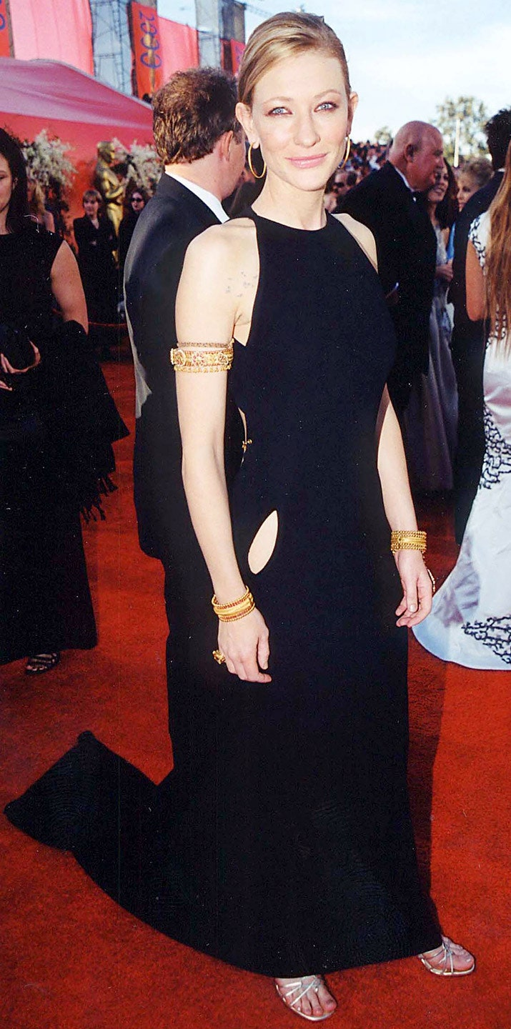 2_for_her_second_time_at_the_awards_she_chose_a_black_gown_by_jean_paul_gaultier_with_gold-chain_details_on_her_arms_and_back_oscar_2000.jpg