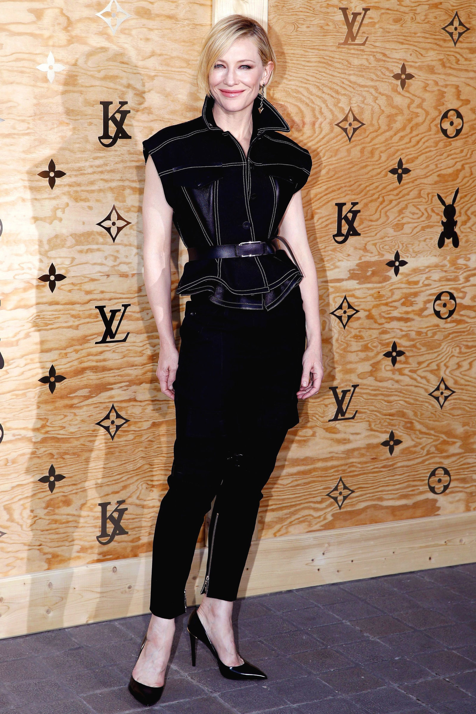 40_she_opted_for_all_black_at_the_brand_s_next_exhibition_a_collaboration_with_artist_jeff_koons_louis_vuitton_2017.jpg