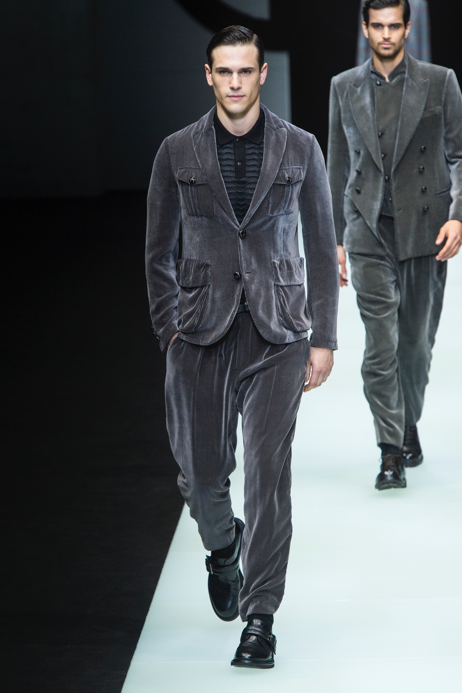 323ec0fe4ec5 A szürke és sötétkék textíliákban életre kelt öltönyök, jól szabott  pantallók, puha pulóverek és elegáns kabátok ebben a szezonban  elengedhetetlen részei ...