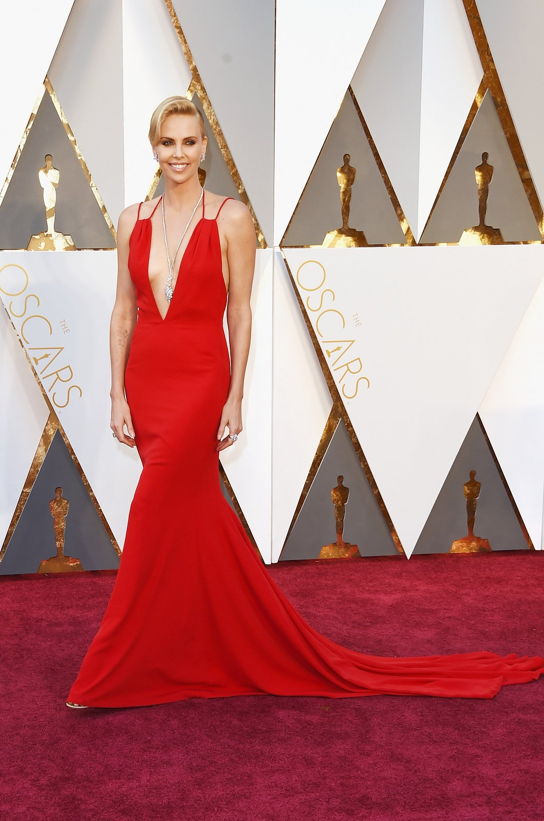 charlize-theron-oscars-red-carpet-2016.jpg