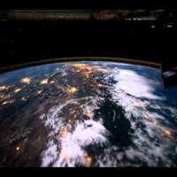 Ilyen látvány átsiklani a Föld felett