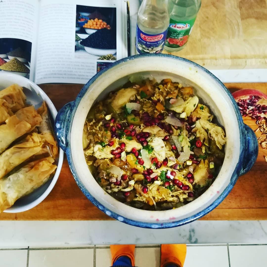 Marokkói csirketagine és marokkói datolyás-mandulás rétesrolók Forrás: @chef_titi