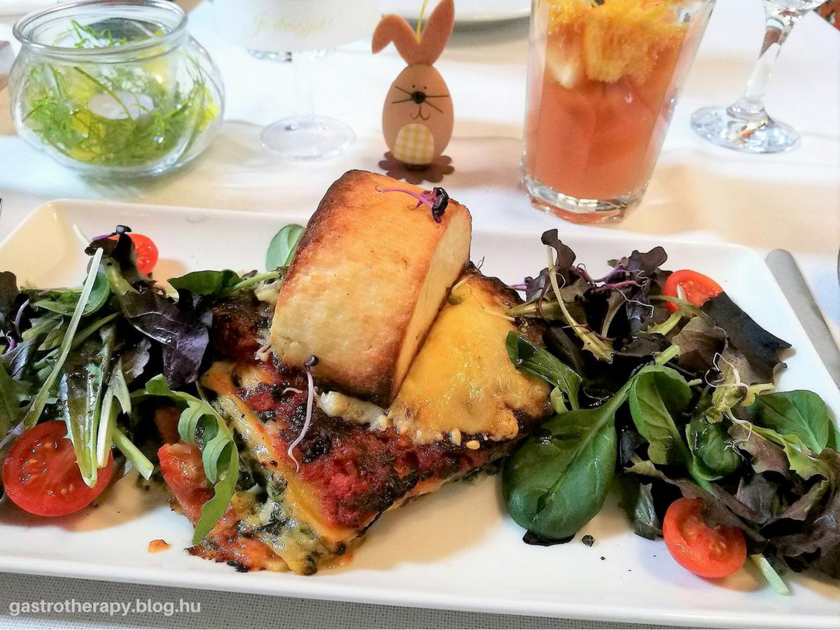 Parajos lasagne grillezett kecskesajttal és salátával
