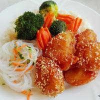 Ázsiai büfé: szezámos csirke üvegtészta salátával roppanós zöldségekkel