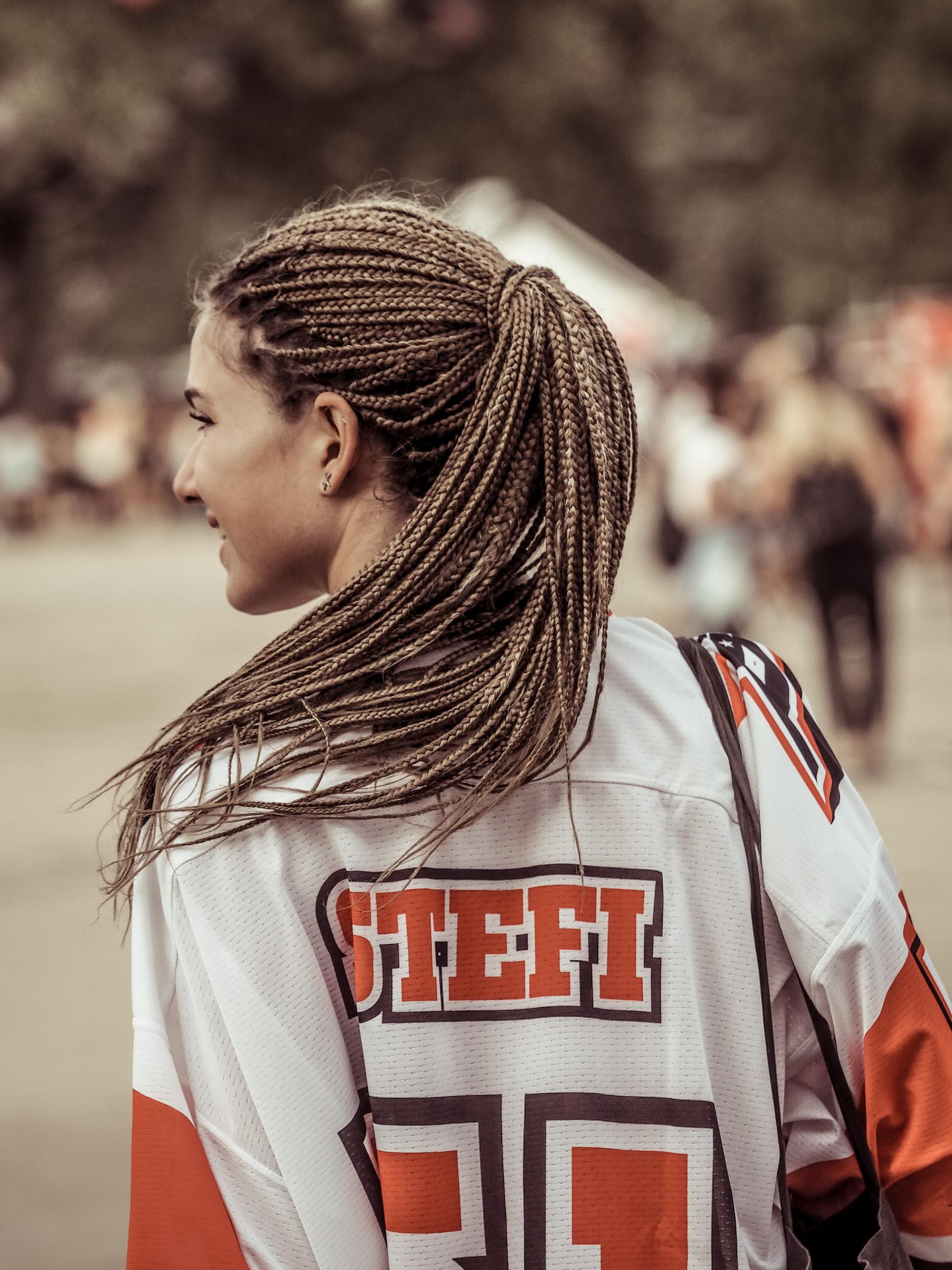 A cheerleader hátulról. De lehetne az első női focista is.