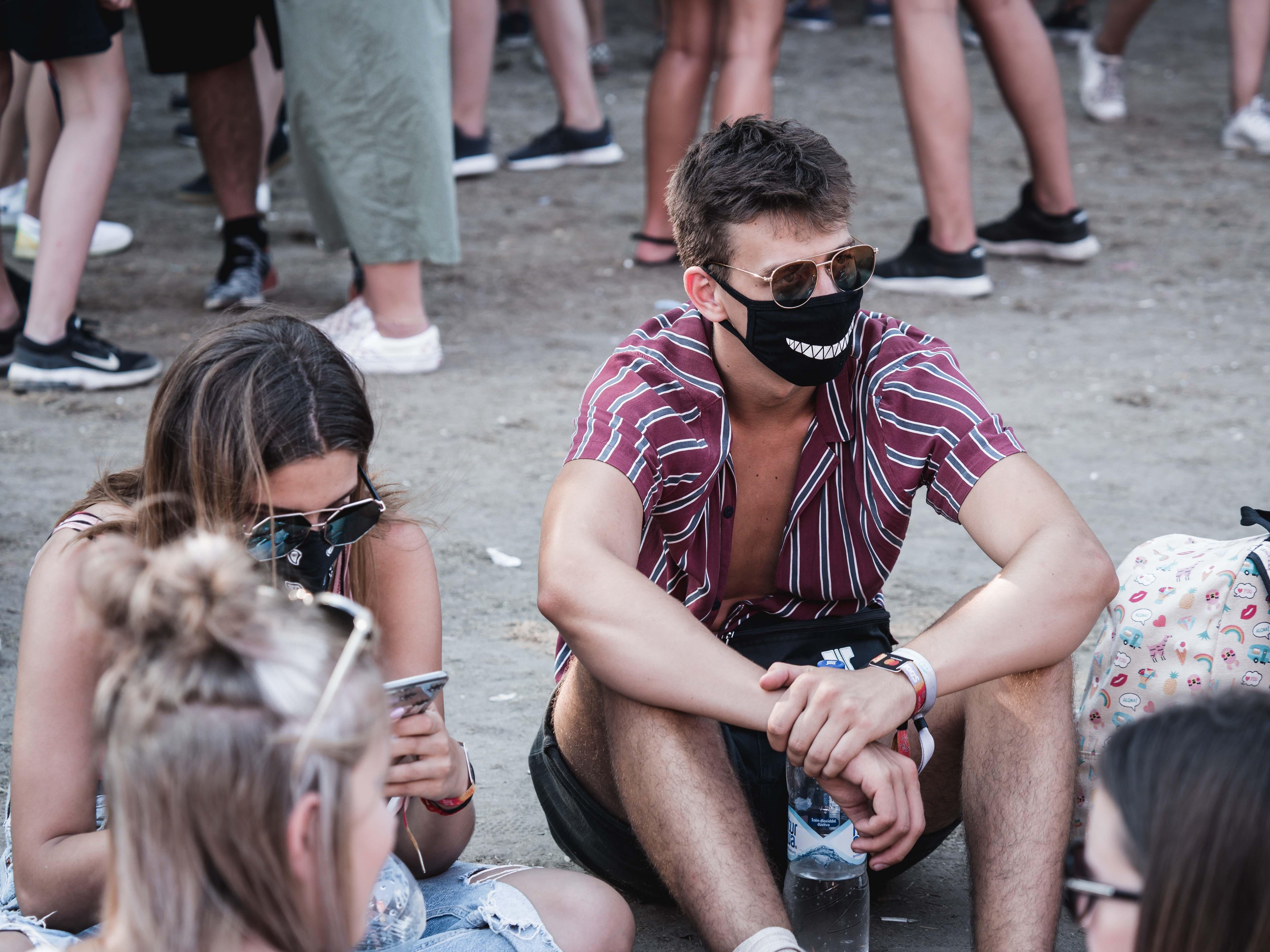 A por ellen menő maszkokba nyomultak a szigetelők