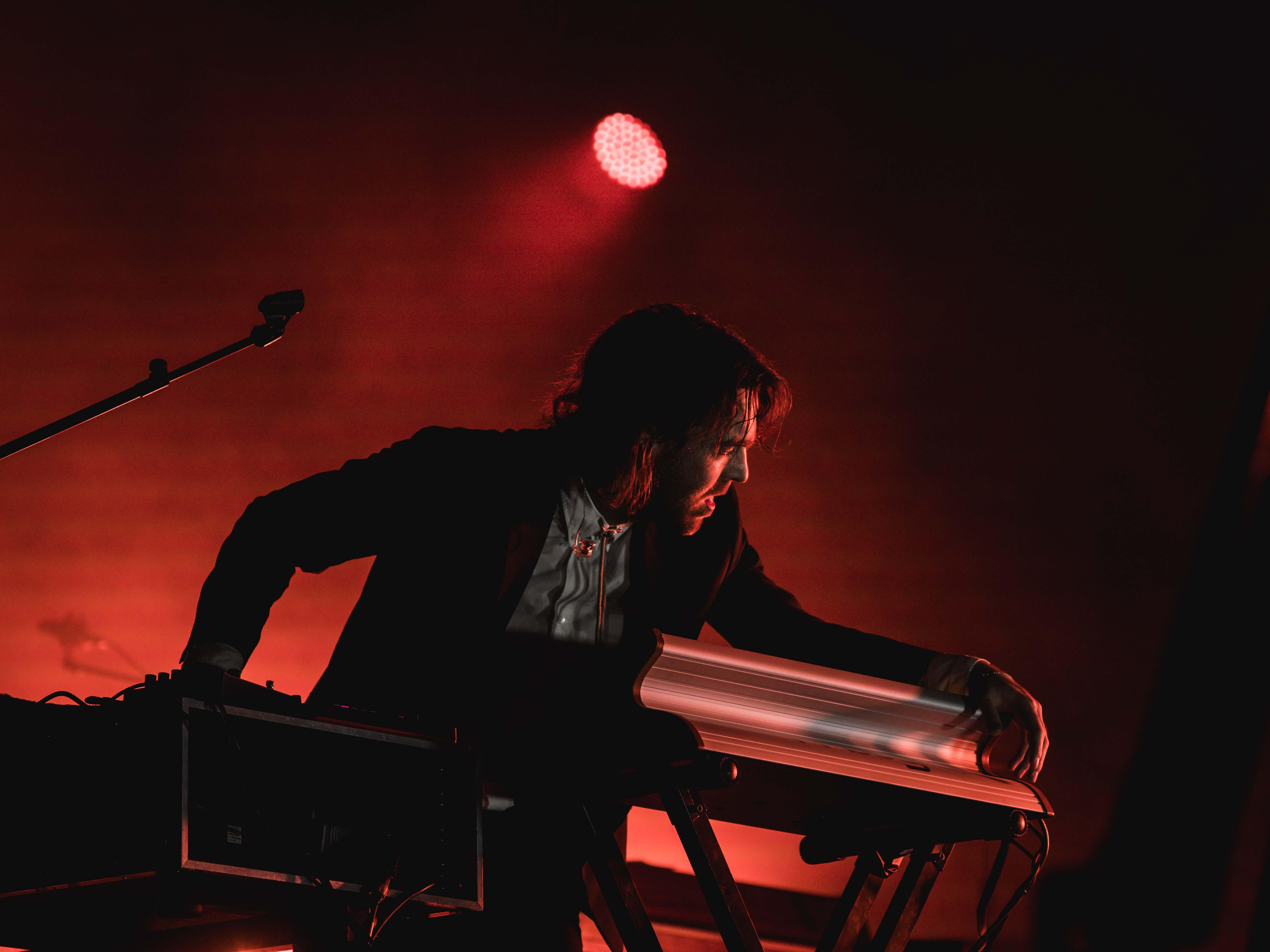 Chet Faker sokat támaszkodott a hangszerekre és a mikrofonra...És ezt most fizikálisan értem...