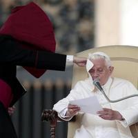 Felelősségre vonta a Vatikán a melegeknek prédikáló püspököt