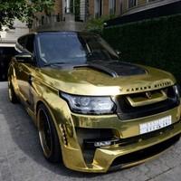 Arany Range Rover parádézik az utcán