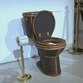 Arany WC Louis Vuitton táskákkal bevonva