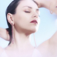 Mila Kunis rubinban ragyog
