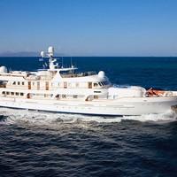 Klasszikusan elegáns jacht 3,5 milliárdért