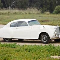Eladó James Bond legendás autója