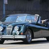Harrison Ford csodás autóban feszít