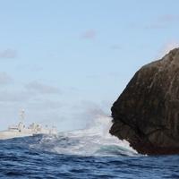 Turisták rohamozzák meg a kopár szigetet