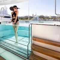 Lebegő lépcsők és borszoba a legújabb luxusjachton
