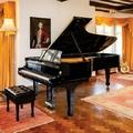 Őrült összeget fizettek Elton John zongorájáért