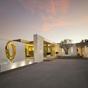 Félmeztelen modellekkel árulják a luxusházat