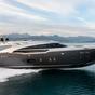A jacht, amin James Bond is hasítana