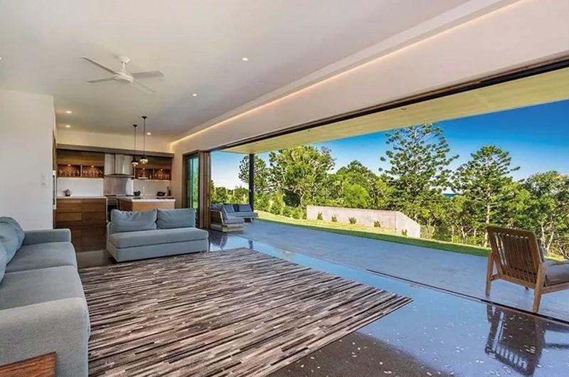 7cbae9ad2115 Matt Damon és felesége, Luciana Barroso, valamint a gyerekeik tavasszal  három hónapot töltöttek a Byron-öbölben lévő házban. Az öt hálószobás  luxusingatlan ...