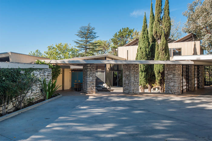 0270f8cbe437 A vevő pedig nem más, mint egy másik legenda, Luc Besson. A francia  rendező-producer 12,2 millió dollárt adott a Beverly Hills-i ingatlanért.