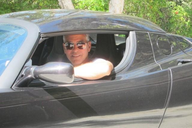 George Clooney az autóban cím.jpg