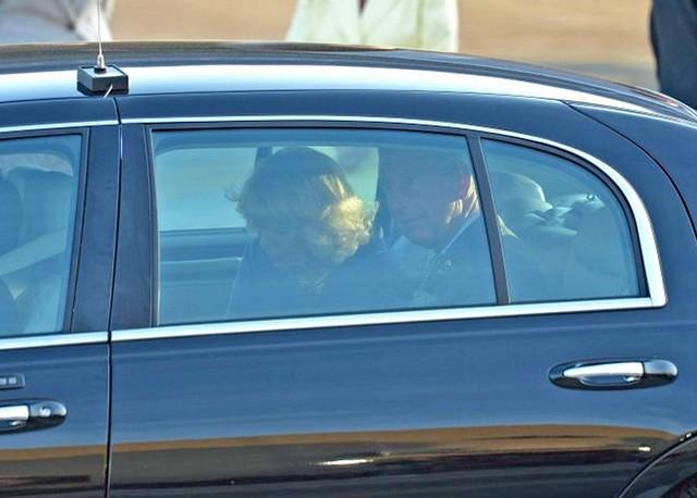 Károily herceg és Kamilla autóban.jpg
