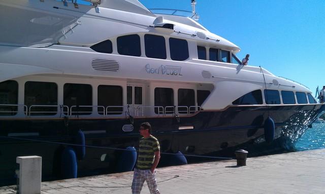 SeaBluez kikötőben.jpg