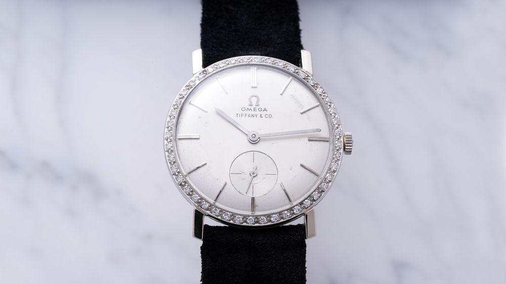 Pedig az óra első ránézésre egyszerű fehér óralapjával és gyémánt  díszítésével nem sokban különbözik attól a sokszáz svájci órától 67f9de1288