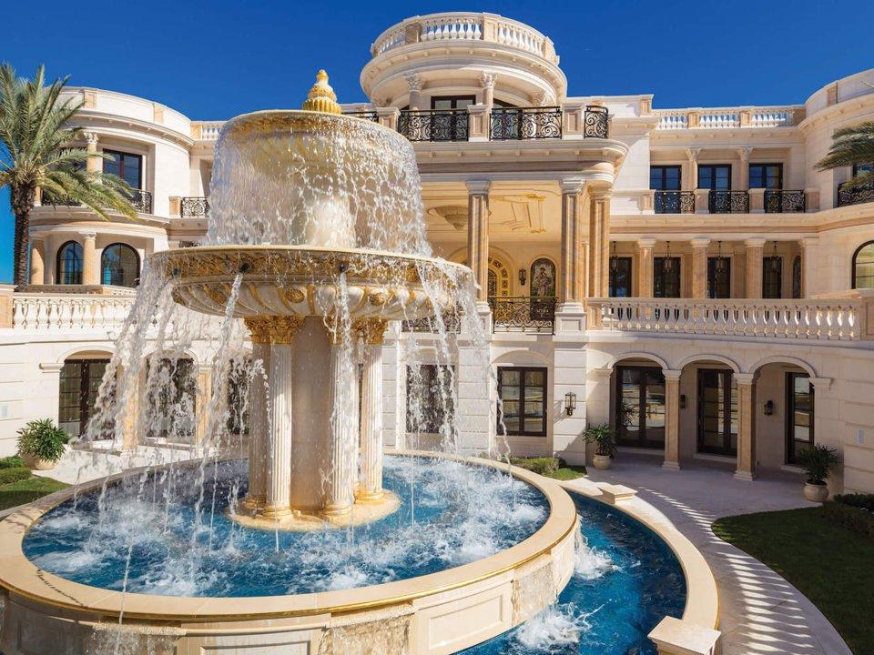 1ce147102bb8 Összesen 11 hálószoba és 22 fürdő található a villában. Mindenhonnan árad a  luxus: a kapuk aranyozottak, a kertben pedig egy hatalmas szökőkút áll.