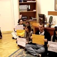Tüntetők foglalták el a nyolcadik kerületi polgármester irodáját