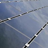 Míg nálunk adóztatják, máshol kötzelező a napelem telepítése