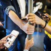 Így rombolja a mobil a gerinc egészségét