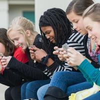 Új kor, új kór – járványszerűen terjed az SMS nyak