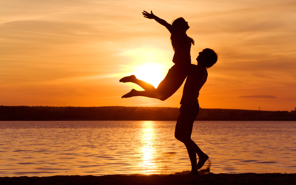 Happy-Couple-on-the-Beach-at-Sunset-960x600-wide-wallpapers.net.jpg