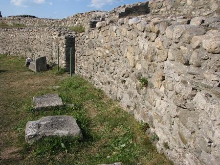 Colonia_Dacica_Sarmizegetusa_2011_-_Amphitheater-3.jpg