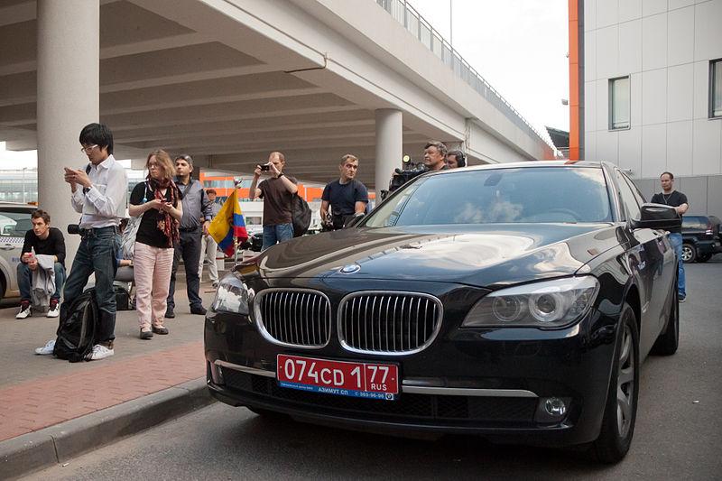 Edward_Joseph_Snowden_-_Arrival_at_Sheremetyevo_International_Airport_03.jpg