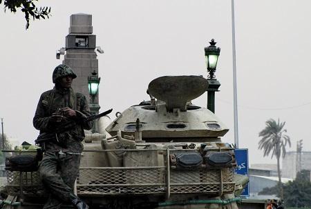 Soldier_in_Tahrir.jpg