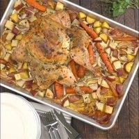 Fokhagymás, fűszeres csirke zöldség ágyon
