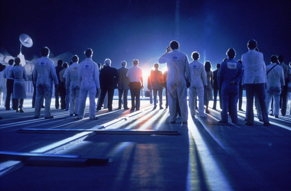 close-encounters-of-the-third-kind-1977-013-crowd-illuminated-by-alien-light.jpg