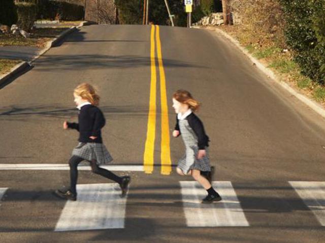 Miért nehéz a gyermekeknek átmenni az úton?