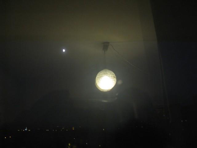 Besüt a Holdvilág