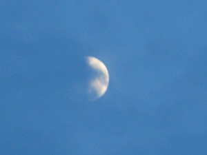 felhőben a Hold