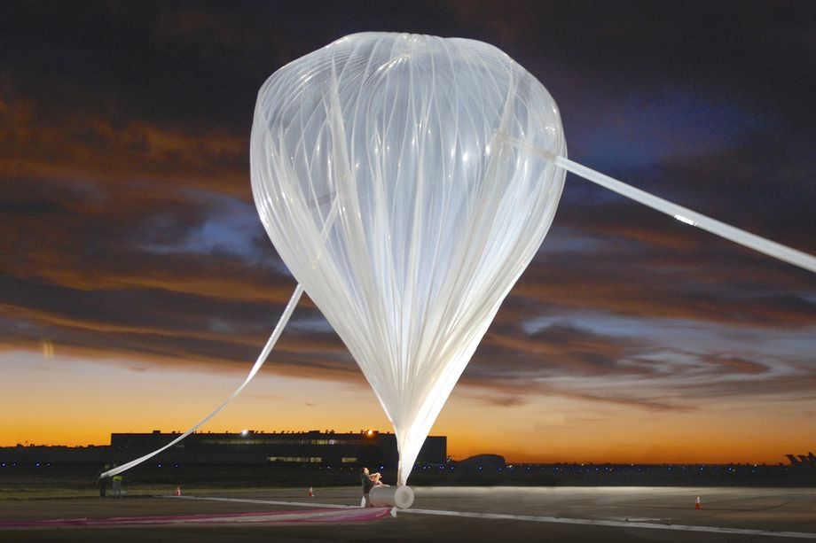 a_world_view_balloon_similar_to_the_one_that_will_be_part_of_the_stratollite_vehicle_carrying_the_zinger_chicken_sandwich_to_the_edge_of_space_0.jpeg