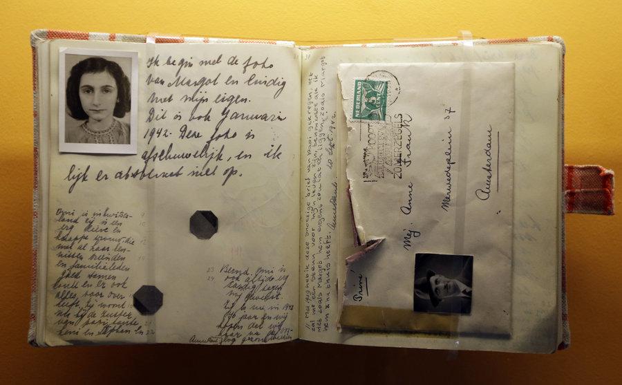 Kiderül-e, hogy ki jelentette fel Anne Frankot és családját?