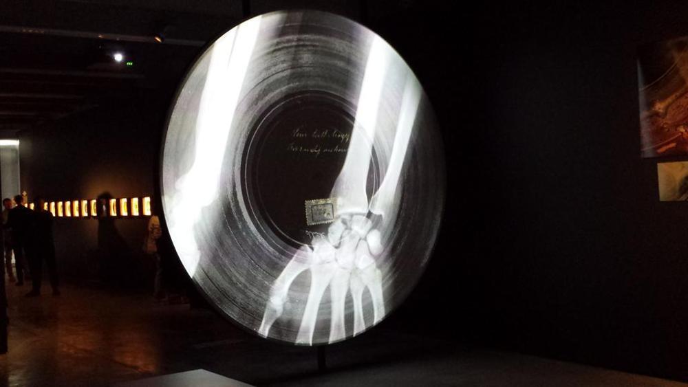 una_riproduzione_formato_gigante_di_un_disco_su_pellicola_per_radiografie-kif-u11004032986805avc-1024x576_lastampa_it.jpg